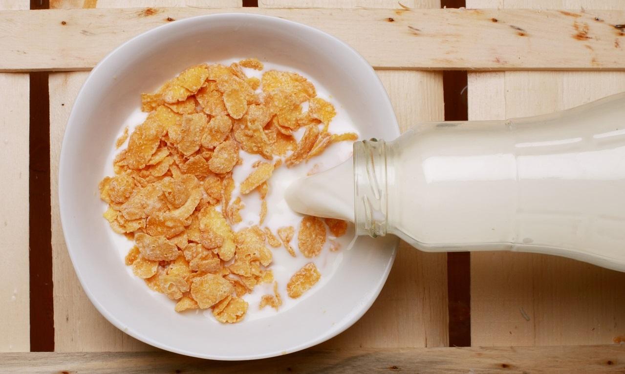 Milchflasche und eine Schüssel