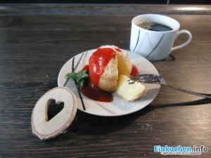 Kuchen im Glas essen - mit Kaffee